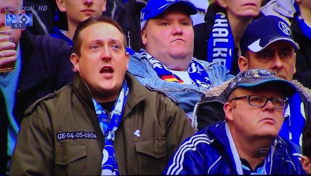 Schalke Fan flippt während des Spiels aus