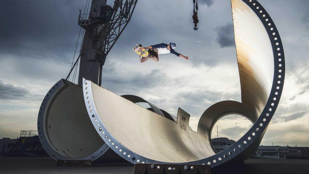 Skaten im Wind Turbinen Park in Spanien