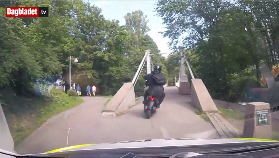 Norwegische Polizei mit Verfolgungsjagd durch einen Park