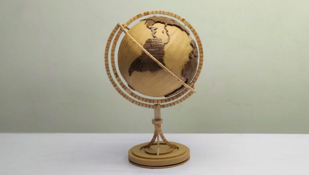 Globus aus Holzsticks und Pappe