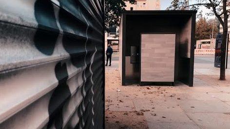 Realer Irrsinn: Pissoir auf dem Leopold-Platz in Berlin